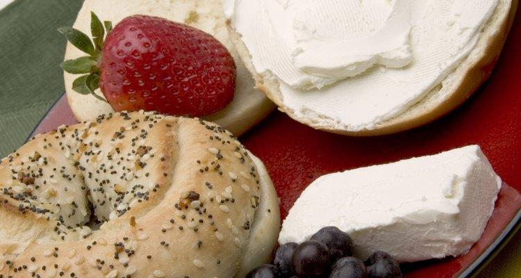 El queso crema se utiliza para untar y se incorpora a diversas recetas.