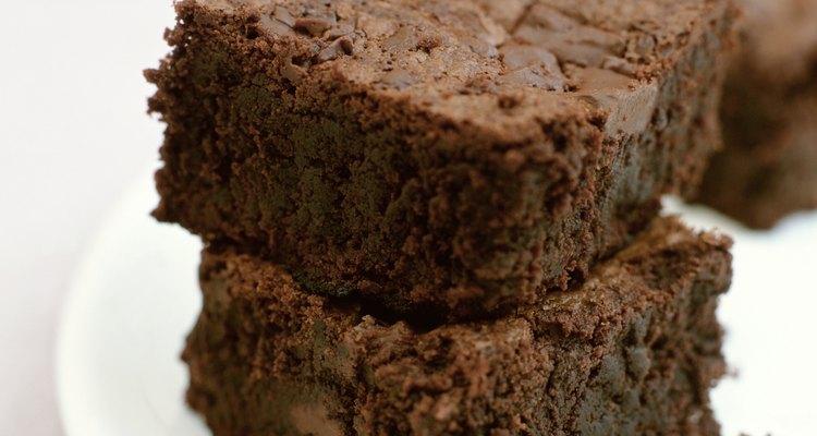Los brownies sobrantes convertidos en migajas son muy útiles para crear una infinidad de recetas horneadas.