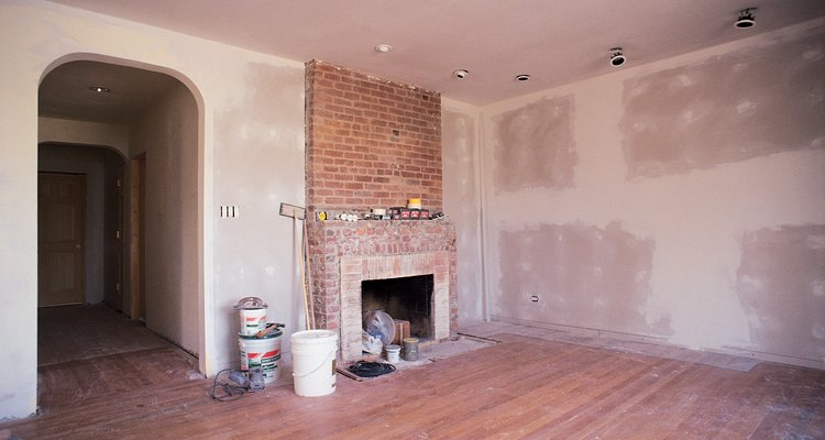 Repintar uma sala geralmente envolve preencher os buracos nas paredes
