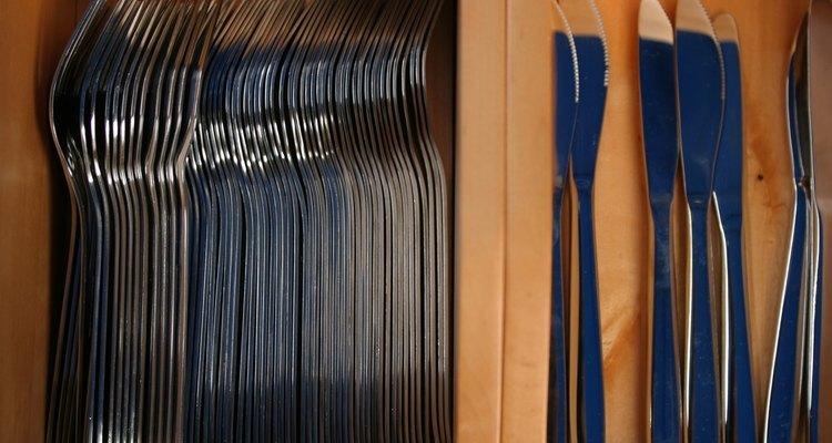 Realiza tus propios divisores de cubiertos para organizar los cajones de la cocina.