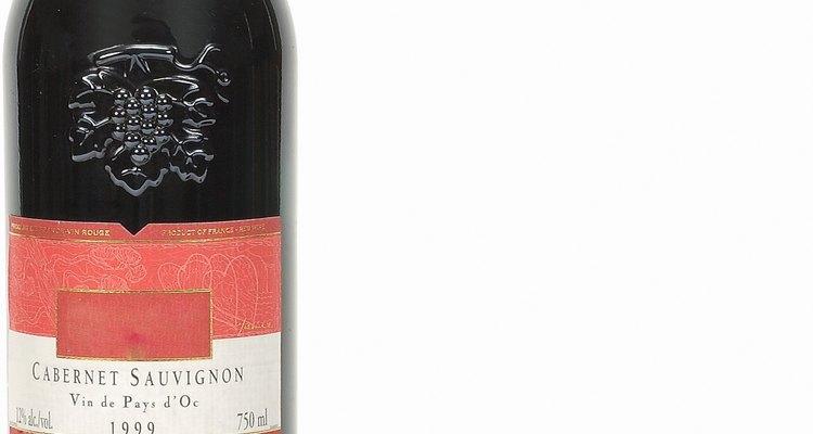 La cáscara de la uva, que contiene tanino se usa para preparar vino tinto.