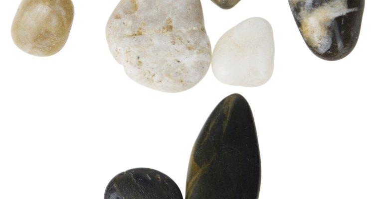 Coloque a sua coleção em exposição, colando as pedras polidas junto à madeira