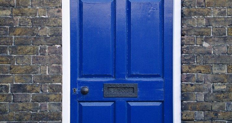 Portas pintadas têm um visual legal, mas muitas vezes descascam com o passar do tempo
