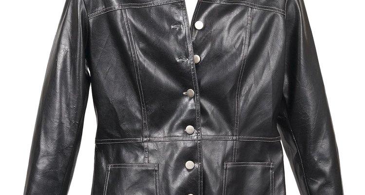 Debido al proceso de fabricación, las chaquetas de cuero de imitación tienen un terminado brilloso.