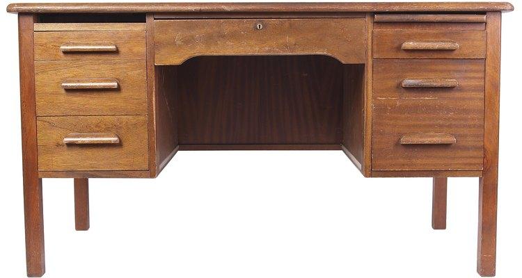 Pinta una mesa contrachapada con un color dramático para crear un espacio de trabajo alegre.