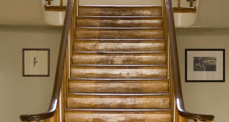 Los tablones de vinilo realzan la belleza de la escalera.