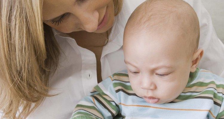 Lee libros de cartón con tu bebé. Él va a estar expuesto a nuevas palabras y te da tiempo para señalar lo que ve en las fotos.