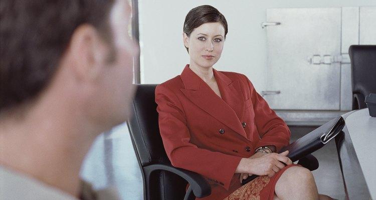 Converse com seu supervisor para entregar uma carta solicitando um adiantamento de salário