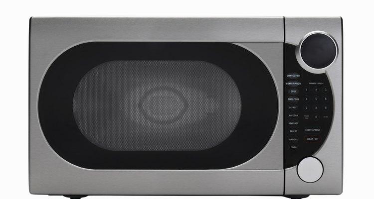 Los hornos de microondas utilizan la radiación para calentar la comida, lo que lleva a muchos a preguntarse si son seguros para usar en el interior de la casa.