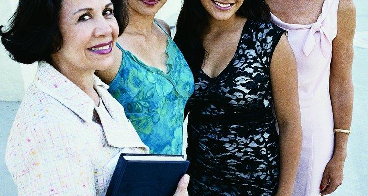 Tito 2:3-5  Instruye a mujeres adultas a enseñar a jovencitas como vivir una vida consagrada.