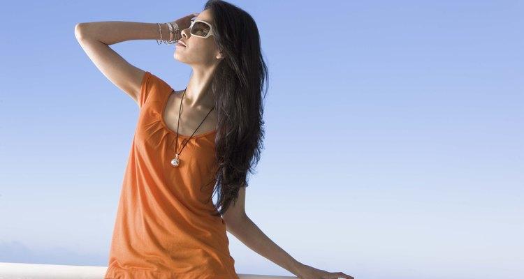 Utilizar playeras largas y desfajadas puede hacer que tu torso luzca más largo.