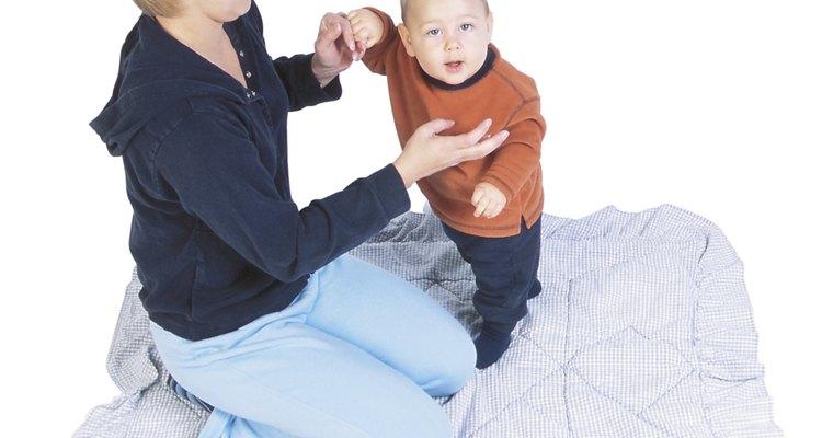 Las ayudantes de madre realizan una variedad de tareas, ayudando a la madre a cuidar a sus hijos.