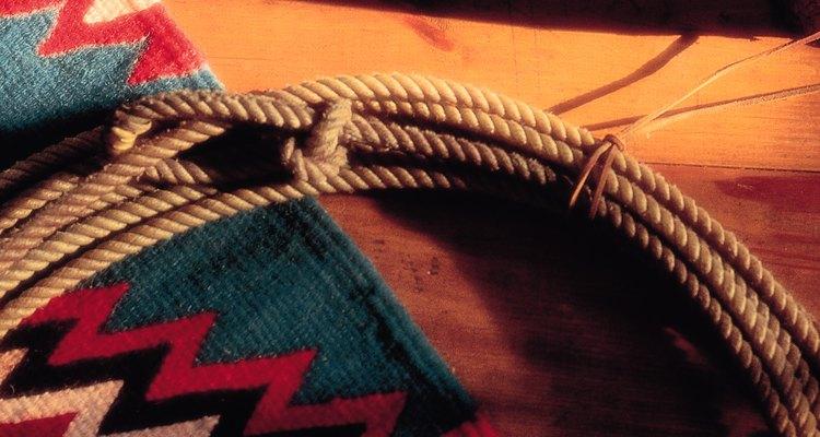 Las mantas navajo, las espuelas y las tachuelas son accesorios para la decoración de vaquero.