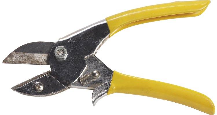 Las tijeras de yunque tienen una hoja afilada que corta contra otra cuchilla plana.