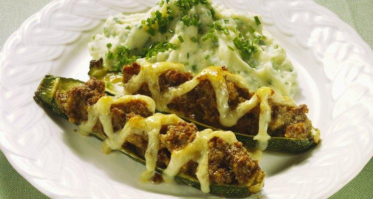 Calabacines rellenos con queso fundido.