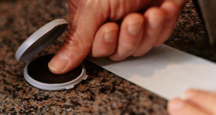 Ficar com os dedos cheios de tinta pode ser uma verdadeira bagunça e nem sempre é fácil de limpar