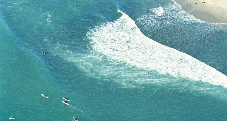 La playa que se encuentra en el Parque Estatal Leo Carillo atrae a aficionados al surf y al windsurf.