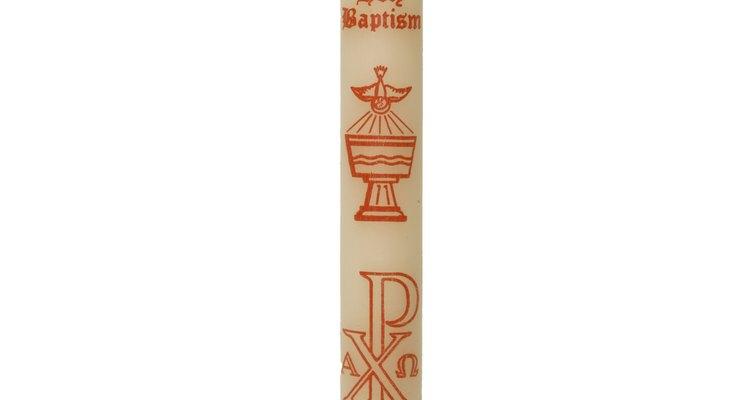 La vela bautismal se enciende una vez en la ceremonia católica, y luego es usada para otras ceremonias del niño, como la primera comunión o el matrimonio.