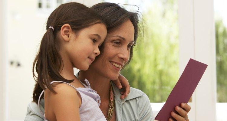 Mãe e filha lendo um cartão de boas-vindas