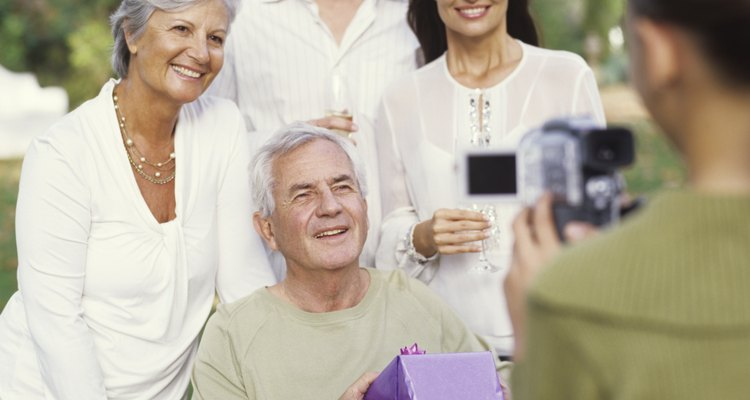 Dê uma festa de aniversário para um idoso