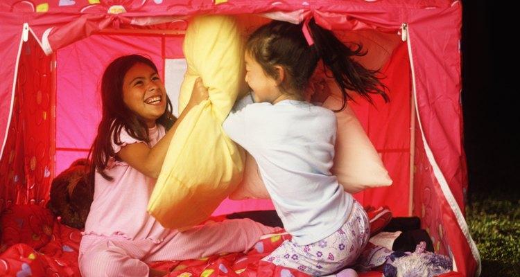 Hacer un campamento en el patio trasero puede ser divertido para familias o grupos grandes.