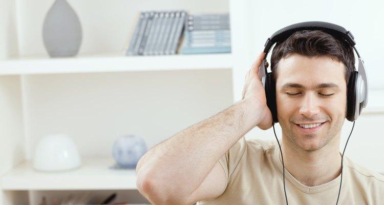 Joven escuchando música.
