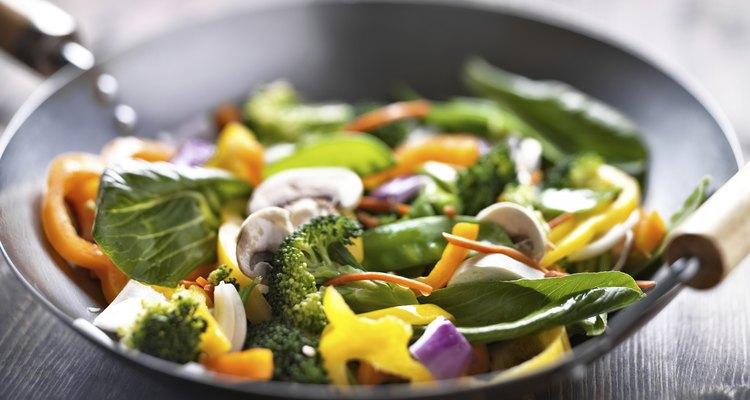 Preparar la cena en un wok de acero al carbono.