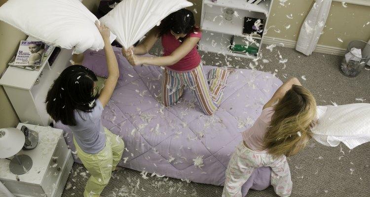 El cuidado apropiado de las almohadas de plumas puede eliminar los olores.
