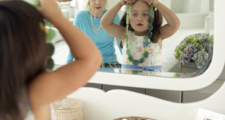 Espelhos duplicam visualmente a profundidade de uma sala, criando a ilusão de um espaço maior