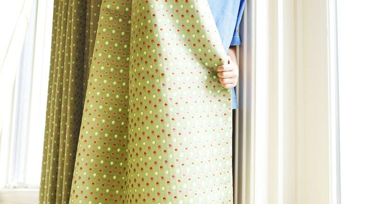 Actúa con rapidez para quitar una mancha de pintura de las cortinas.