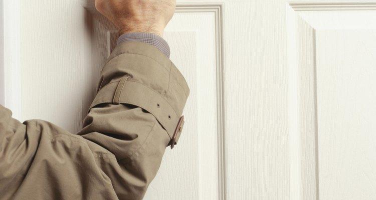 Los Testigos de Jehová suelen evangelizar casa por casa.