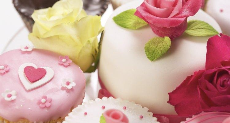 Las flores de azucar son una manera hermosa de decorar tus pasteles.