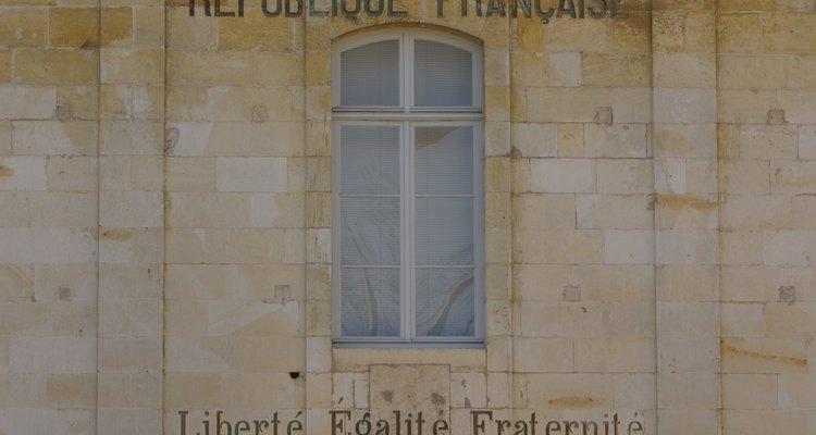 La República de Francia fue creada por medio de una violenta revolución.