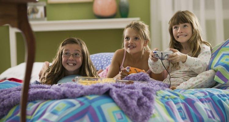 Una fiesta de pijamas con muchos juegos es una opción económica.