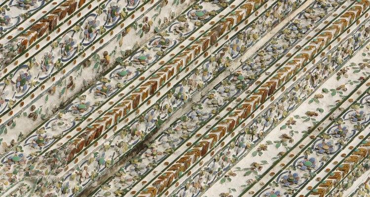 As imagens são digitalizadas para criar estampas de bordado usando uma máquina