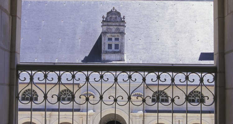 Las barandas decorativas de hierro forjado mejoran la arquitectura.