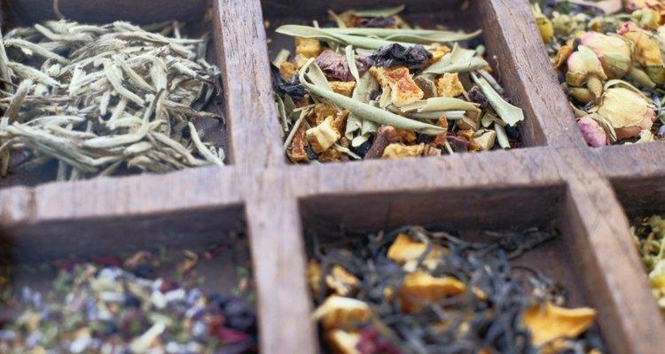 Experimente como substitutos do café os chás de ervas, como o chá vermelho ou o de camomila, que não contêm corantes, aditivos ou conservantes