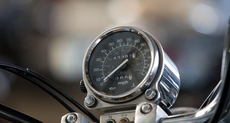 Contornar cones em uma motocicleta proporciona um manuseio mais eficiente.