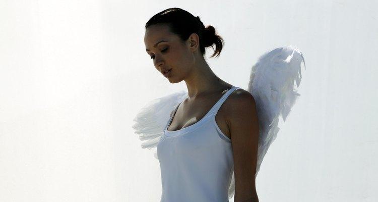 Convierte un viejo vestido blanco en un disfraz de ángel.