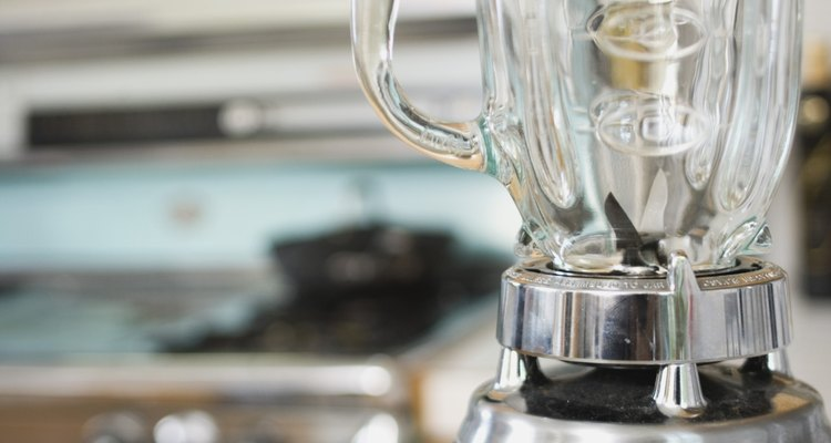 Utilize um liquidificador de cozinha para misturar as laranjas