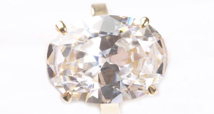 Anéis de CZ são muito mais baratos do que anéis de diamante