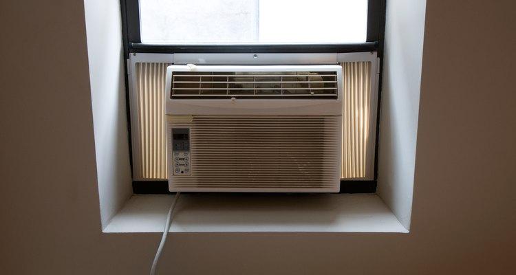 El acondicionador de aire se monta en una ventana con extensiones unidas al marco de la ventana.