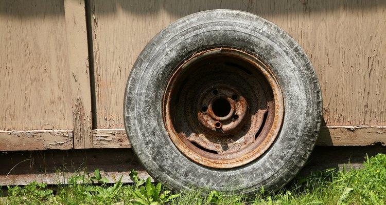 Puedes pintar las ruedas de negro en casa, con tiempo y paciencia.