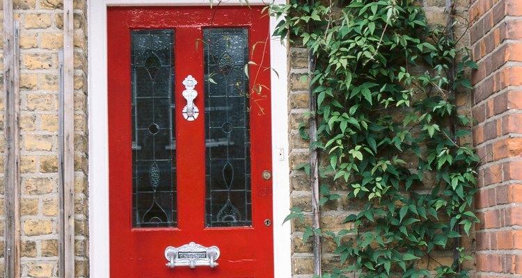 Arcos são usados como elementos decorativos acima das portas e janelas