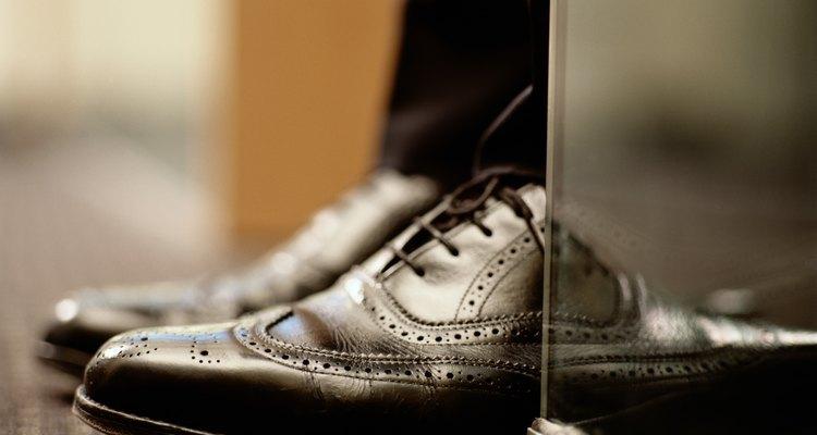 Alguns sapatos sociais têm menos furos do que outros