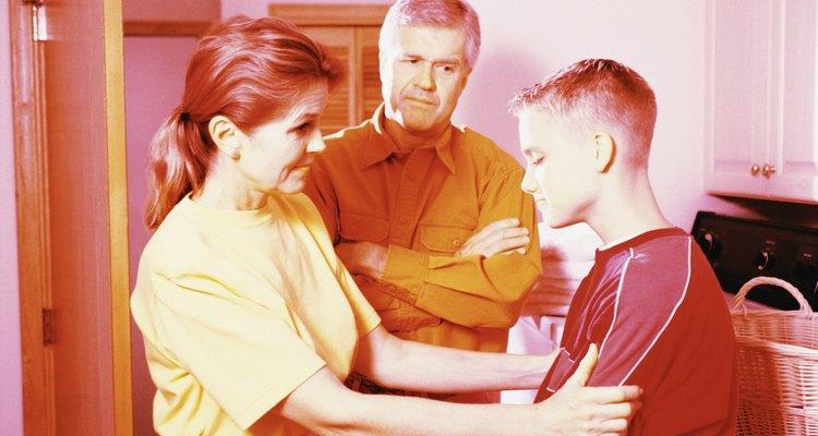 Si un adolescente de secundaria se comporta inadecuadamente, es importante que los padres no sólo sigan adelante con consecuencias para el comportamiento inadecuado, sino que también explicar por qué las acciones del niño eran inapropiadas.
