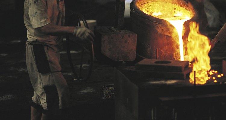 Obrero fundiendo metal.