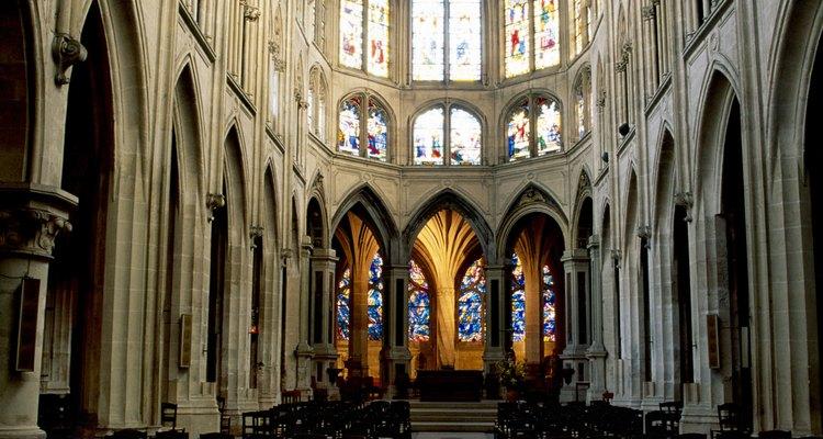 Os arcos de apoio da Catedral de Notre Dame possuem ambos os estilos arquitetônicos