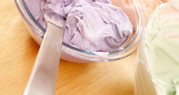 Puedes preparar un pastel decorado con crema de mantequilla con una anticipación de tres a cinco días.