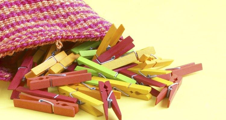 Usa pinzas para ropa como herramienta para enseñar la correspondencia uno a uno.